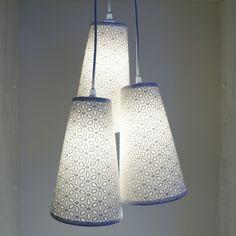 Lustre Pendente Triplo Revestido com Tecido Branco Rendado. Suavidade e exclusividade para sua casa. <br> <br>Dimensões de cada cúpula: <br>Altura: 26 cm <br>Largura inferior: 16 cm <br>Largura superior: 8 cm <br>Comprimento do fio = 65 cm <br> <br>Pronto para instalação. <br>Não acompanha lâmpadas. <br>Usar lâmpadas até 25 w
