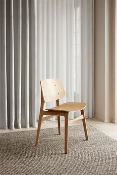 Mogensen presented the prototype for the Søborg chair in His intention was to fuse plywood shells with his signature solid wood functionalism. The generous back and seat with optional upholstery provides for many hours of use. Oak Stain, Dining Chairs, Wooden Chairs, Functionalism, Contemporary Design, Solid Wood, Upholstery, Furniture Design, Plywood