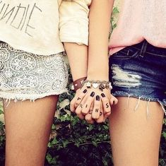 There's no one like your BFF! They will always have your back and get you through the good & the tough times. Check out these BFF pictures & bestie poses ideas Bff Pics, Photos Bff, Best Friend Pictures, Bff Pictures, Friendship Pictures, Hand Pictures, Cute Friend Photos, Best Friend Fotos, Best Friend Texts