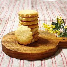 レモン汁と皮を使って作るレモンクッキーのレシピがおいしいと人気です。手作りすれば、砂糖の量もお好みで調整できます。むずかしい工程はないので、ぜひ試してみて!アイシングするタイプとそうではないもの、アーモンドプードルを使う作り方をご紹介。