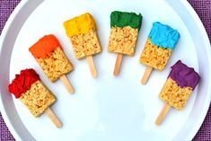 So easy peasy why-didn't-I-think-of-that… Rice Krispies Treats paint brushes in rainbow colors. Find them HERE at Sweetology, inspired by these from Snackpicks. Rice Krispies, Rice Crispy Treats, Krispie Treats, Edible Crafts, Edible Art, Cupcakes, Rainbow Crafts, Chocolate Treats, Chocolate Morsels