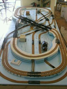 A N-Gauge layout in construction. Lots of little trains in not so very much room - Eisenbahn, Modelle und Echte - Top Kreative Hobby-Ideen N Scale Train Layout, Ho Train Layouts, N Scale Layouts, N Scale Model Trains, Scale Models, Train Miniature, Escala Ho, Model Railway Track Plans, Train Table