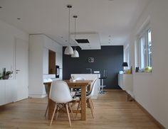 Simple Sch n eingerichtete K che mit gro en Fenster f r maximalen Lichteinfall und warme Luft Zimmerwohnung Berlin