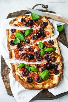 Quick pizza with cherries, tomatoes and pecorino. A crispy treat with the blazing taste of summer. Crispy Pizza, Quick Pizza, Best Pizza Dough, Fast Good, Frozen Cherries, Cherry Tomatoes, Food Network Recipes, Vegetable Pizza, Gourmet