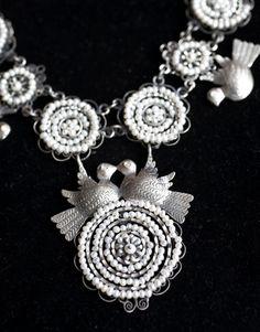 Collar de filigrana de plata estilo oaxaqueño con perlas. / Silver filigree necklace with pearls from Oaxaca, Mexico.