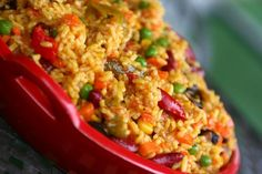 Como fazer arroz mexicano. A comida mexicana é riquíssima e apetitosa, tem variados sabores e opções. O México é um pais grande com uma cultura bastante rica e não poderia ser diferente na sua gastronomia, quem pensa que a comi...