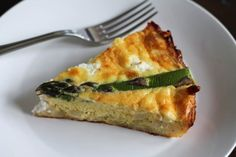 Hashbrown quiche is a traditional quiche made with a hashbrown crust instead of a pastry crust. This substitution makes the quiche gluten free, and I love the crispy potatoes more than the pastry crust I Spinach Quiche Recipes, Asparagus Quiche, Asparagus Recipe, Veggie Quiche, Cheese Quiche, Frittata, Breakfast Dishes, Breakfast Time, Breakfast Recipes