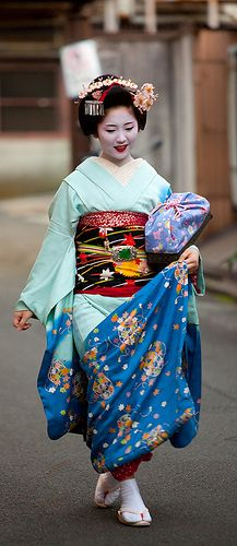 Maiko (apprentice geisha) Sayaka : Kyoto, Japan with blue kimono We Are The World, People Of The World, Japanese Culture, Japanese Art, Japanese Beauty, Asian Beauty, Photo Japon, Mode Bizarre, Folk Costume