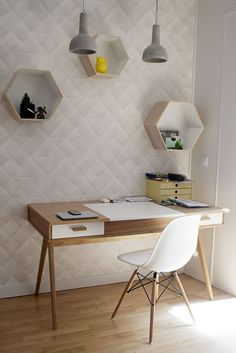 Un bureau simple et design, papier-peint blanc graphique, casiers hexagonaux | simple and design workspace