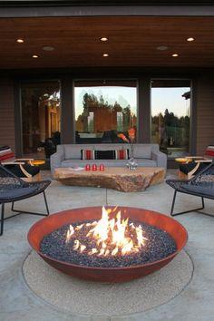 Das moderne Patio mit Feuerstelle und originellem Couchtisch