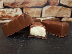 Knackige Schokolade umhüllt eine zart-schmelzende Milchcreme … kann man sowas auch in low-carb hinbekommen? Aber natürlich! Heute bekommt ihr eine Anleitung für ein Grundrezept, mit dem ihr nach Herzenslust Schokoriegel mit Cremefüllungen eurer Wahl kreieren könnt. Sowohl die Schokoladenhülle als auch die Cremefüllung könnt ihr beliebig variieren. Mit den Aromen von Pure Flavour könnt ihr sogar …