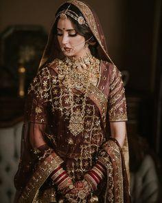 Dress Indian Jewels – Drop the old Maang Tikka and grab headbands that are ver… – girl photoshoot poses Indian Bridal Photos, Indian Bridal Outfits, Indian Bridal Fashion, Indian Bridal Wear, Indian Designer Outfits, Pakistani Bridal, Punjabi Wedding, Bride Indian, Indian Bridal Makeup