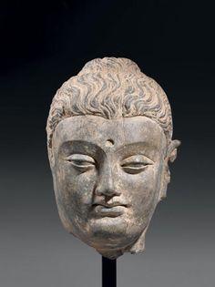 Importante tête en schiste la coiffe ondulée recouvrant la protubérance crânienne. Gandhara, IIe-IVe siècle. Hauteur: 33 cm - Beaussant Lefèvre - 04/04/2012