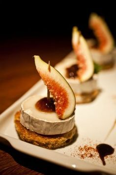 Tapas - Pintxo with cheese and fig Good Food, Yummy Food, Yummy Lunch, Paleo Food, Yummy Snacks, Paleo Diet, Appetisers, Food Presentation, Food Plating