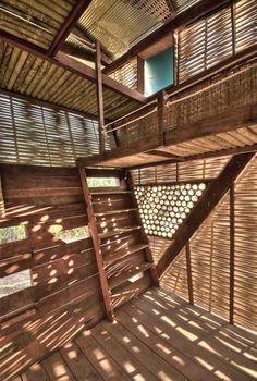 Dans un petit village sur la frontière entre la Thaïlande et la Birmanie, l'agence Norvège TYIN Tegnestue Architects a réalisée cet ensemble de petites maisons de bois pour les enfants réfugiés du conflit birman.