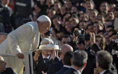 De seu papamóvel, papa Francisco sopra velas de seu bolo de aniversário cercado de fiéis ao chegar à praça São Pedro, no Vaticano; ele faz 78. Foto: Alessandra Tarantino/AP