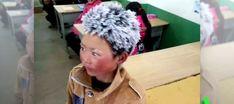 Wang, unniño chinode 8 años, llega a clase literalmente congelado después de una hora y media caminando con temperaturas que llegan a alcanzar los nueve grados bajo cero, pero aun así no falta ni un día. Su imagen, con el pelo totalmente congelado, la ha dado a conocer su profesor. La historia está sacudiendo el mundo, y con suerte las conciencias también.