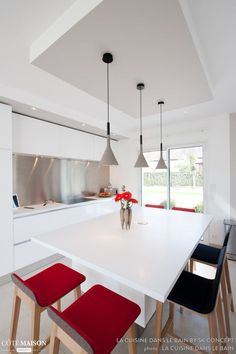 An Italian design kitchen total white look with center island, both friendly dining area and workspace by umulaure Plafond Design, Kitchen Ceiling Lights, False Ceiling Design, Kitchen Styling, Living Room Designs, Sweet Home, Dining Table, Interior Design, Home Decor