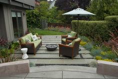You'll be inspired with these pictures of backyard flagstone patio ideas. Stone patios add value to your home, while expanding your living space into the backyard. Concrete Patios, Flagstone Patio, Backyard Patio, Stone Patios, Cozy Patio, Laying Concrete, Patio Stone, Backyard Fireplace, Fireplace Outdoor