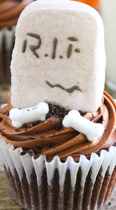 Spooky halloween cupcakes - rich, moist chocolate cupcakes decorated with a to-die-for chocolate marshmallow buttercream, and decorated for Halloween. Halloween Treats To Make, Halloween Cupcakes, Spooky Halloween, Chocolate Marshmallows, Chocolate Cupcakes, Chocolate Desserts, Marshmallow Buttercream, Fabulous Foods, Kid Friendly Meals