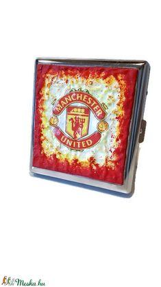 Manchester United fém sötétben fluoreszkáló cigaretta tárca, cigi tartó ajándék cigarettázoknak, férfiaknak, férjeknek! (Biborvarazs) - Meska.hu Football Design, Football Fans, Manchester United Football, Liquor Bottles, Wall Hanger, The Unit, Mugs, Glass, Beer
