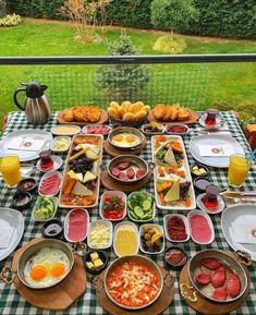 Breakfast Table Setting, Breakfast Platter, Breakfast Menu, Breakfast Presentation, Food Presentation, Food Platters, Food Dishes, Turkish Breakfast, Arabic Breakfast