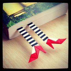 origami: DIY the wicked witch of the east bookmark Beaded Bookmarks, Diy Bookmarks, Corner Bookmarks, Bookmark Craft, Origami Bookmark, Felt Bookmark, Origami Rose, Origami Paper, Origami Hearts