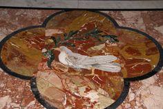 https://flic.kr/p/caoke9   Rom, Piazza Navona, Sant'Agnese in Agone, Pamphilj-Taube (Pamphilj dove)   An der Stelle der Piazza Navona befand sich das antike Stadion, das 82 - 85  unter Domitian errichtet worden war und das athletischen Übungen und Reiterspielen diente.  Die Kirche Sant'Agnese in Agone, die sich nahtlos an den Palazzo Pamphilj anschließt, wurde Mitte des 17. Jh. von Francesco Borromini erbaut. Sie ist die Gedenkstätte für de Märtyrerin Agnes, die im Stadion des Domitian dem…