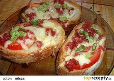 Křupavé chlebíčky obráceně (poličan,tvrdý sýr,rajče,pórek,kečup,jarní cibulka)
