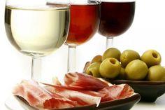 Un alimento con tanta grasa no debería acompañarse con un tinto, sino con vino con mayor acidez. Un blanco con un poco de crianza, un cava, o un champán son, en realidad, opciones de maridaje mucho más adecuadas para el jamón. Una lista a la que habría que añadir también los vinos de Jerez.</p>