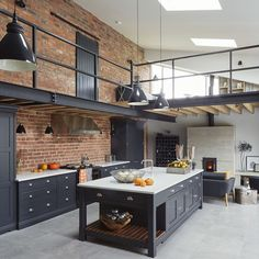 Une grange rénovée façon loft dans le Cheshire - PLANETE DECO a homes world Industrial Kitchen Design, Industrial House, Industrial Interiors, Industrial Style, Modern Industrial Decor, Industrial Farmhouse, Country House Interior, Modern Interior Design, Interior Design Living Room