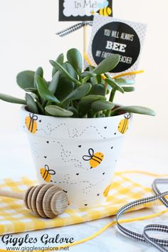 Celebrate the special teachers in your life with an adorable DIY Bee Fingerprint. - Celebrate the special teachers in your life with an adorable DIY Bee Fingerprint Teacher Appreciati - Bee Teacher Gifts, Bee Gifts, Teacher Appreciation Gifts, Flower Pot Crafts, Clay Pot Crafts, Free Printable Tags, Painted Flower Pots, Idee Diy, Bee Theme