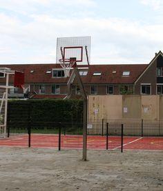 Op de achtergrond onze mini pannavoetbal basketbalcombinatie en op de voorgrond onze rvs basketbalpalen met geluids en vandalisme-arm basketbalbord.