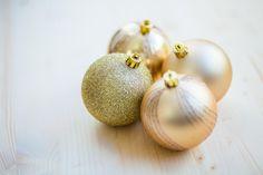 💚 New free photo at Avopix.com - 4 Christmas Baubles on Beige Wooden Flooring    ☑ https://avopix.com/photo/35141-4-christmas-baubles-on-beige-wooden-flooring    #fruit #food #healthy #yellow #health #avopix #free #photos #public #domain