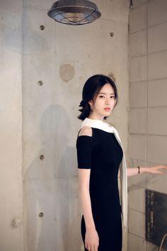 화이트가 배색된 블랙 드레스는 보통 걸리쉬한 분위기로 다가오곤 합니다 그런 디자인들과 다른 분위기를 지닌 블랙&화이트 드레스 조금 더 성숙하게 그리고 우아하게 연출할 수 있는 디자인이기 때문에 눈여겨 보시길 추천드리고 싶어요 &nbs...