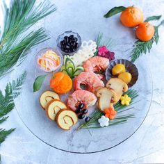 ワンプレートおせちがかわいい!盛り付けがおしゃれに決まるお皿の選び方   おうちごはん Japanese Sweets, Japanese Food, Sushi Recipes, Korean Food, Caprese Salad, Bento, Food Photo, Appetizers, Plates