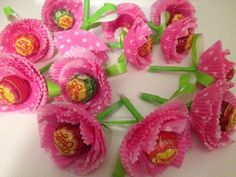 lembrancinha-com-pirulito-flores-cupcake Candy Flowers, Paper Flowers, Ramadan Decoration, Candy Bouquet Diy, Chocolate Flowers Bouquet, Diy And Crafts, Crafts For Kids, Sweet Trees, Cupcake In A Cup