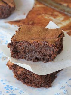 J'adore le chocolat et j'aime aussi me faire plaisir très souvent… Ma copine Nelly m'a fait goûter ce délicieux fondant au chocolat et à la noisette sans beurre ni farine lors d'un pique nique. J'ai beaucoup apprécié ce gâteau car il a un fondant incomparable grâce à la présence de la compote de pommes dans la recette. Je vous conseille de disposer la pâte sur du papier sulfurisé pour que le gâteau se démoule mieux (car il n'y a pas de beurre). N'hésitez plus, testez ce gâteau au chocolat…