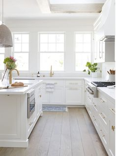 White kitchen is never a wrong idea. The elegance of white kitchens can always provide . Elegant White Kitchen Design Ideas for Modern Home Classic Kitchen, All White Kitchen, White Kitchen Cabinets, New Kitchen, Kitchen Decor, Kitchen Ideas, Sage Kitchen, Kitchen Hacks, Kitchen Sink