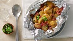 Cheesy Bacon Ranch Potato Foil Packs This super-simple recipe is sure to be your new go-to side for every weeknight dinner and backyard bash any time of year. Bonus: no cleanup! Foil Packet Dinners, Foil Dinners, Foil Packets, Weeknight Dinners, Grilled Steak Recipes, Grilling Recipes, Cooking Recipes, Grilled Food, Grilled Pizza