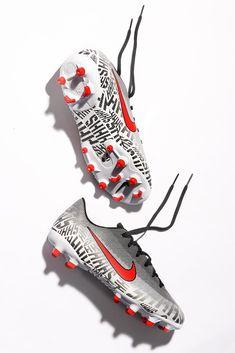"""📌Nike Mercurial Vapor XII Academy NJR MG 📌 Nuevas botas de fútbol Nike Mercurial Vapor 360 para @neymarjr con un patrón """"Shhh"""" repetido en toda la superficie, en referencia a su capacidad de silenciar el sonido para enfocar la pelota. Los detalles rojos son un guiño a la camiseta del PSG. 💥⚽ 💥⚽💥⚽#nikefootball #mercurial #MercurialVapor #Neymar #Neymarjr #shhh 📸Foto: @MarciComunica para #futbolmania y #futbolmaniakids Neymar Jr, Psg, Nike Football Boots, Trinidad Y Tobago, Shoes Wallpaper, Going Barefoot, Nike Vapor, Soccer Shoes, Soccer"""