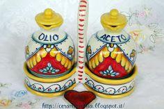 Abbellimenti con porta condimenti, containers for oil and vinegar #Maiolica #Italy http://ceramicamia.blogspot.it/2013/10/abbellimenti-con-porta-condimenti.html