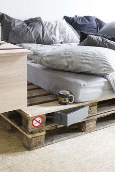KARWEI  In een kleine kamer wordt een bed een bank. Leg je matras op ...