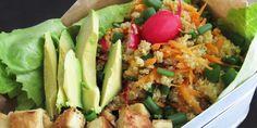 Eine lecker gefüllte Lunchbox mit Quinoa Salat, perfekt für unterwegs. Das ideale Rezept, um dich über den Tag mit allen wichtigen Nährstoffen zu versorgen.