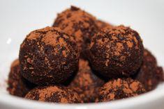 Konfekt og rawkugler er nemme og sjove at lave og kan varieres uendeligt. Vi præsenterer her tre forskellige slags, som alle indeholder chokolade og tørret frugt.