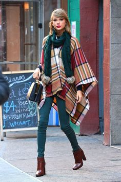 Taylor Swift - poncho - poncho - inverno - street style Source by stealthelook fashion street style Taylor Swift New York, Taylor Swift Moda, Estilo Taylor Swift, Taylor Swift Outfits, Taylor Swift Style Casual, Fall Fashion Trends, Trendy Fashion, Style Fashion, Womens Fashion