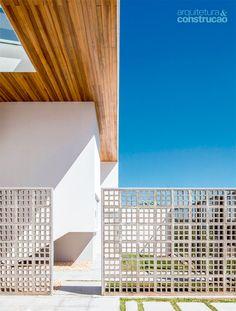 """Além de cumprir a função de brise, controlando a entrada de vento e de luz, os cobogós podem atuar como divisórias. No lugar de um muro, a garagem desta casa foi """"camuflada"""" pela divisória de concreto, escolha dos profissionais do escritório brasiliense Domo Arquitetos."""