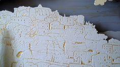 Ce tableau lumineux représente un des plus célèbres villages de Provence: Gordes. Il a été réalisé à partir de plaques de médium, découpées, gravées et peintes à la main. Ces plaques sont assemblées dans un coffrage de 7 cm de profondeur. Un ruban led (12v) y est également intégré et crée un éclairage d'ambiance tout en soulignant les surfaces ajourées. Dimensions: 120*80 cm. Eclairage à froid, 12 v avec interrupteur, monté en série.