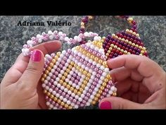 Diy: Bolsa de perolas coloridasI Adriana Valério - YouTube Beaded Clutch, Beaded Purses, Beaded Bags, Beaded Jewelry, Pearl Crafts, Beaded Crafts, Pony Bead Patterns, Beading Patterns, Accessoires Barbie