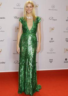 Es raro que se salga de su estilo minimal, pero cuando Gwyneth Paltrow apuesta por un look brillante lo hace con fuerza. En color verde con un vestido para soñar de Elie Saab al que añade una radiante gargantilla de diamantes para los Bambi Awards 2011.